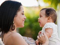 на 4-6 месяце ребунок узнает маму